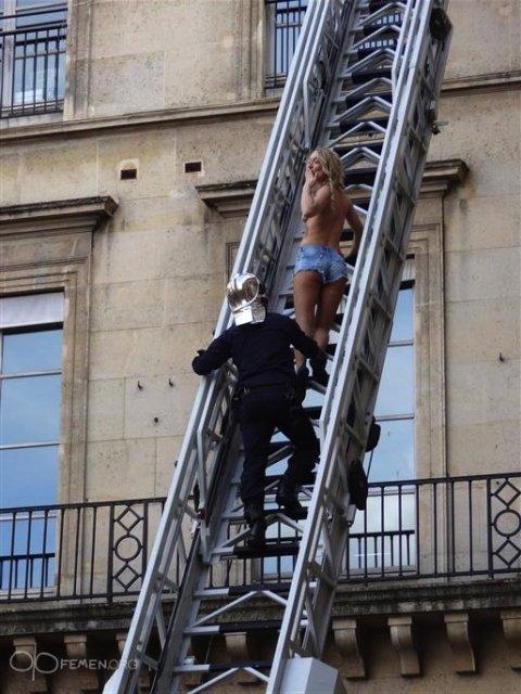 Участниц FEMEN эвакуировали с крыши отеля в Париже
