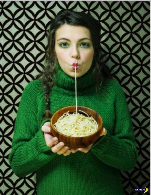 Женщины едят макароны