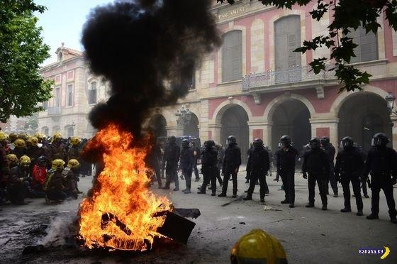 Барселона - пожарные против полиции