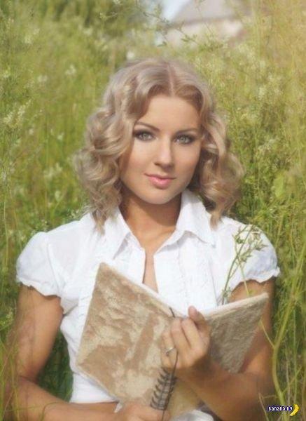 Чем занимается эта блондинка?