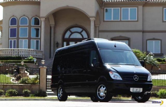Неприметный черный фургон