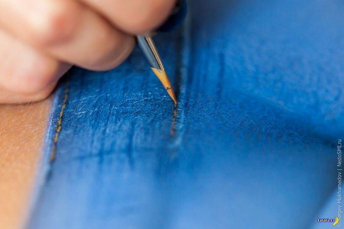 Девушка в нарисованных джинсах