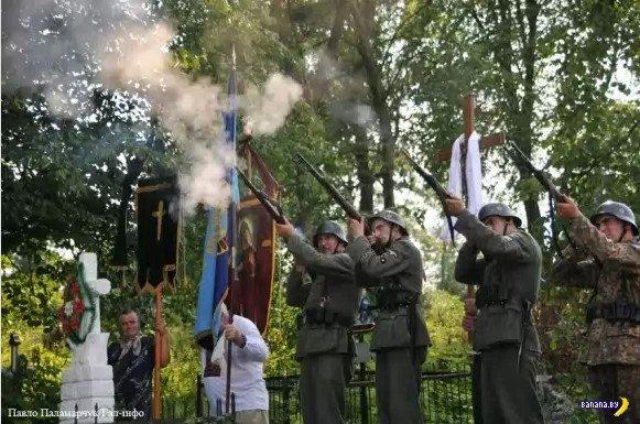 """В Украине торжественно перезахоронили павших """"героев"""""""