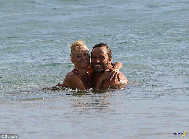 Памела с мужем на пляже