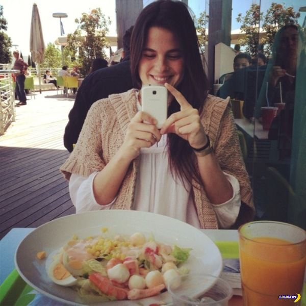 Фотографирование своей еды для социальных сетей