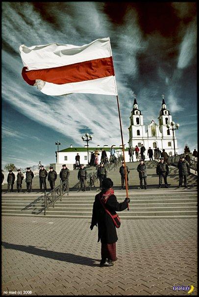 Минкульт требует обосновать ценность бело-красно-белого флага