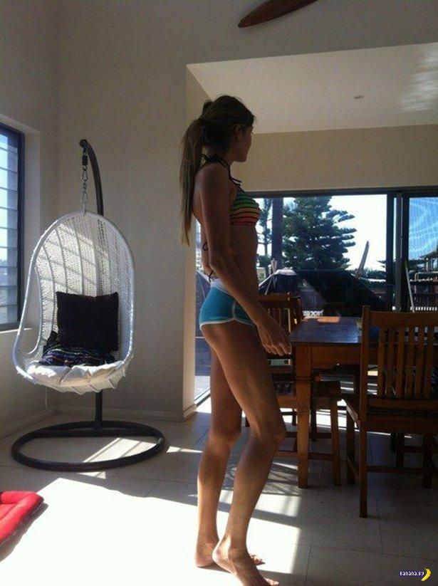 диване девушка с длинными ногами прыгает на фаллоимитаторе перевернулась