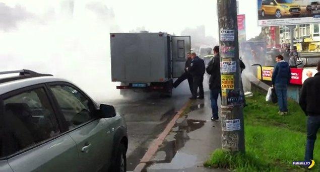 В Киеве сгорел автозак с заключенными