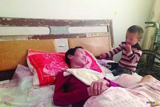 Двухлетний мальчик ухаживает за парализованной матерью, разжевывая для нее пищу