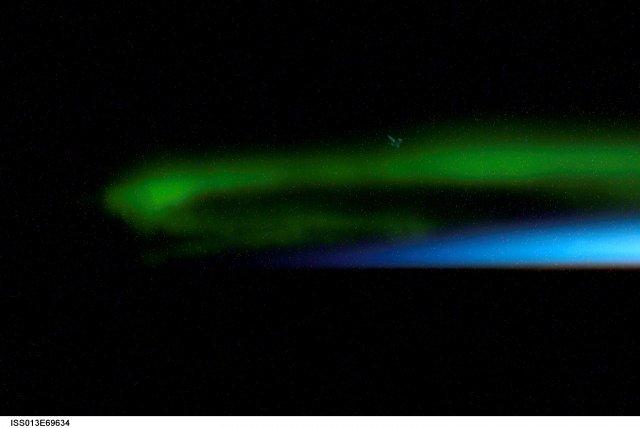 Фото НАСА: НЛО летит в Северном сиянии