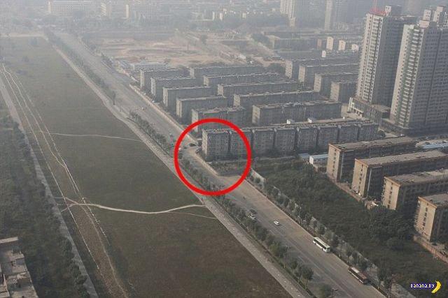 Шоссе против дома в Китае