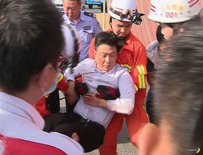 Контейнер упал на машину в Китае