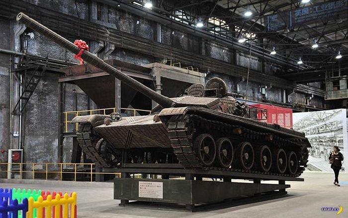 Китайцы сделали танк из стреляных гильз