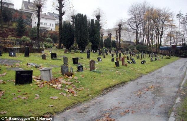 В Норвегии надгробные камни накрывают пакетами за неуплату
