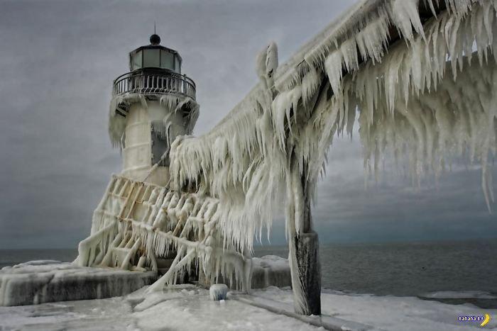 Лёд украсил маяк