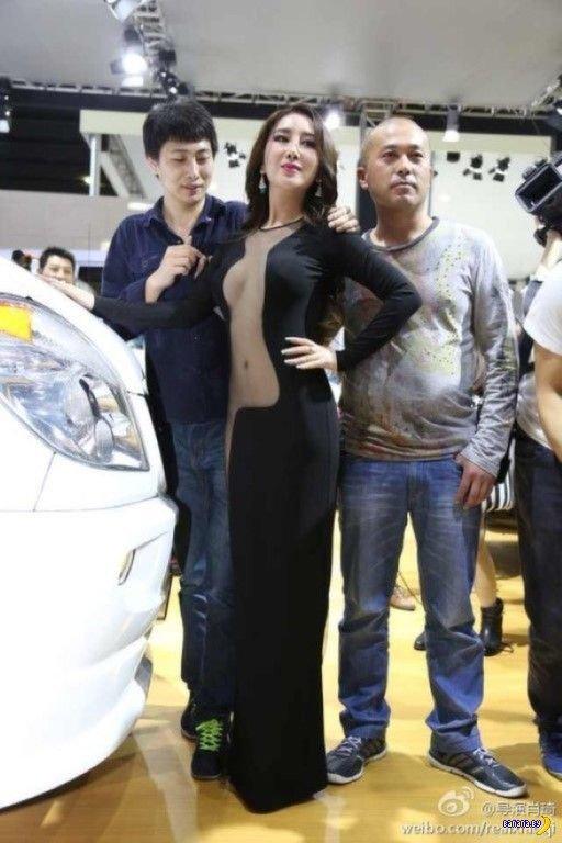 Китайская модель с автосалона и её платье