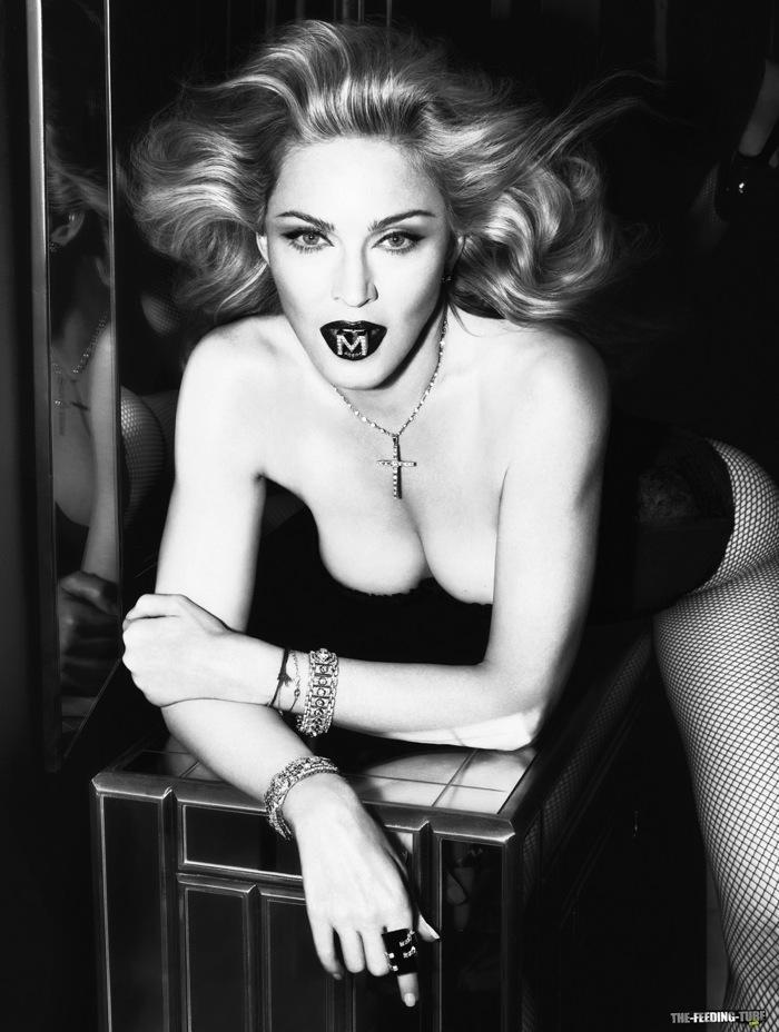 Мадонна топлес