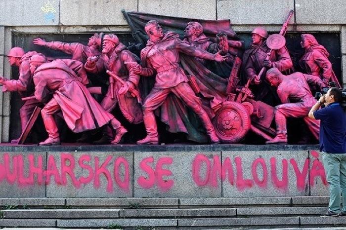В Болгарии раскрасили памятник советским солдатам