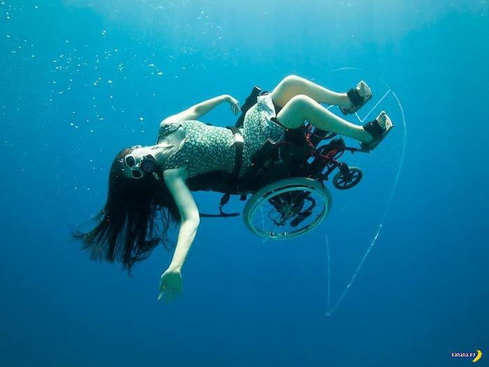 Инвалиды-колясочники в море
