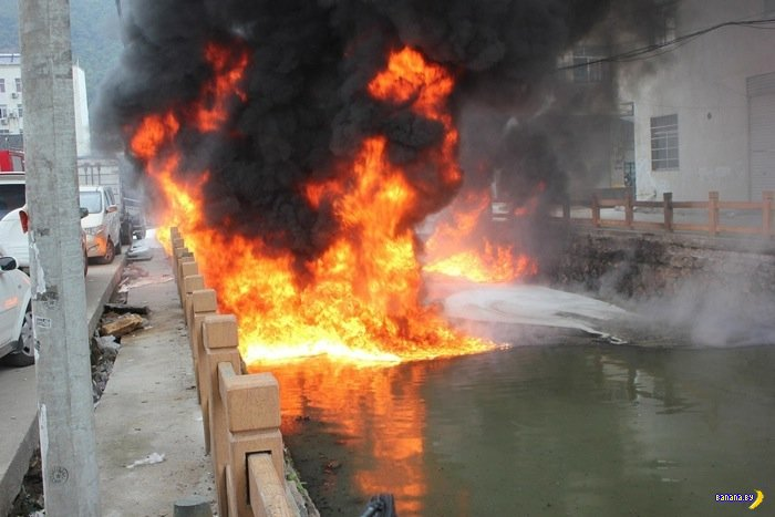 В Китае сгорела река