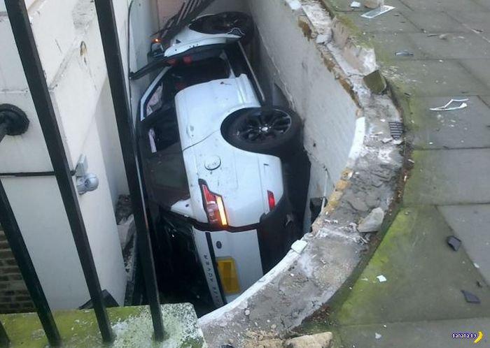 Найди на фото белый Range Rover