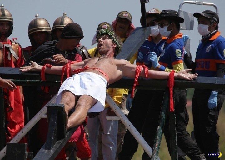 Филиппинские католики отжигают