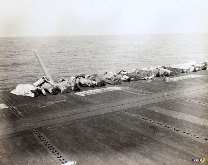 Последствия атаки камикадзе на авианосец США