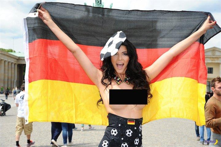 Микаэла Шефер болеет за Германию на ЧМ 2014