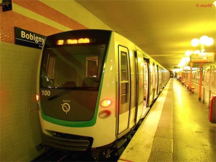 Беременная с бритвой устроила резню в парижском метро