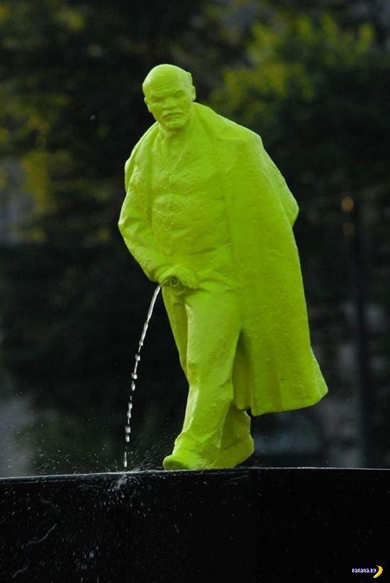 Писяющий Ленин в Кракове