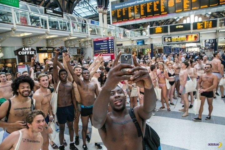Голый флешмоб протеста в Лондоне