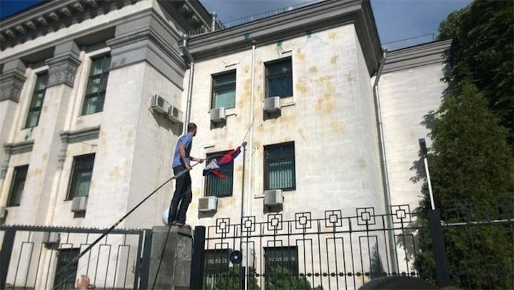 Нашли виновников погрома у российского посольства в Киеве
