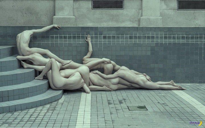 Разбросали голых тел – получили арт!