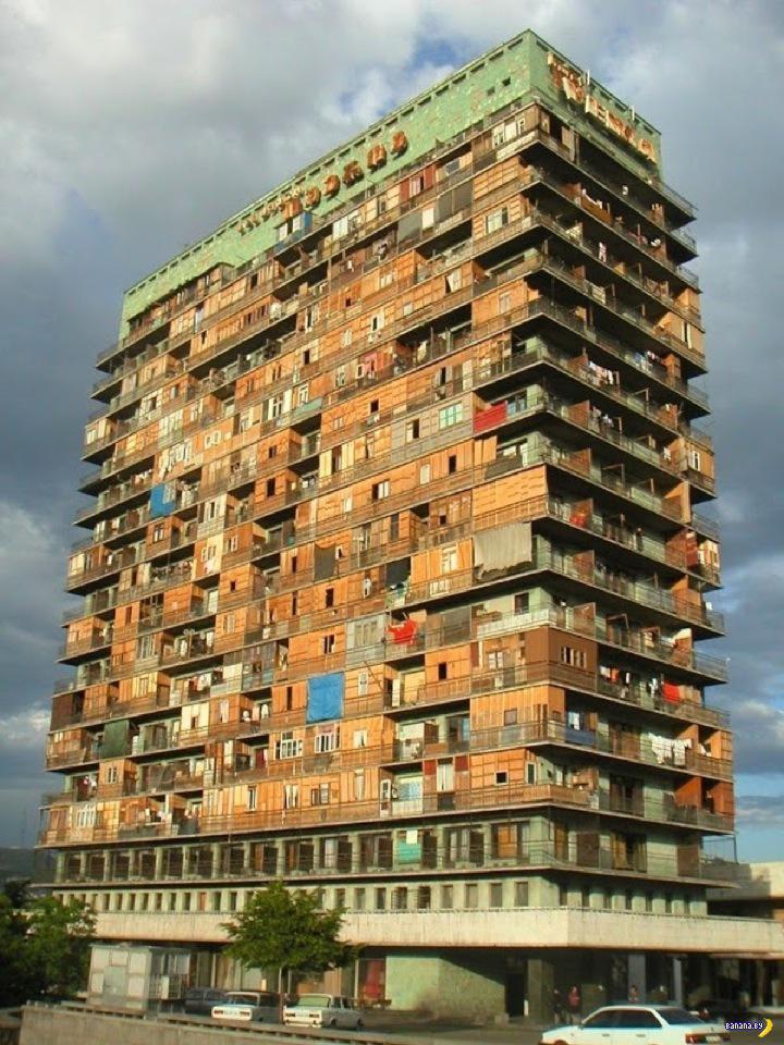 Роскошный отель, превращенный в трущобы