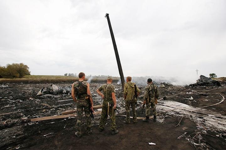 На борту упавшего под Донецком Boeing-777 находились 298 человек