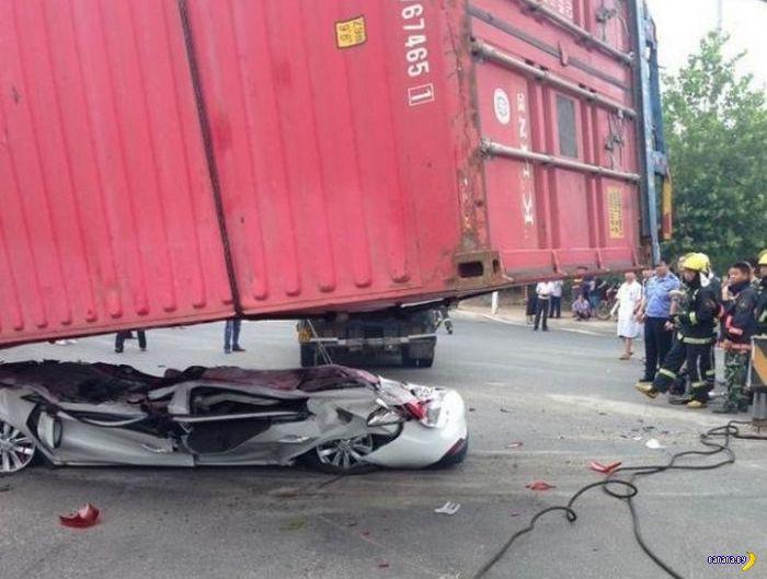 Машину раздавило контейнером
