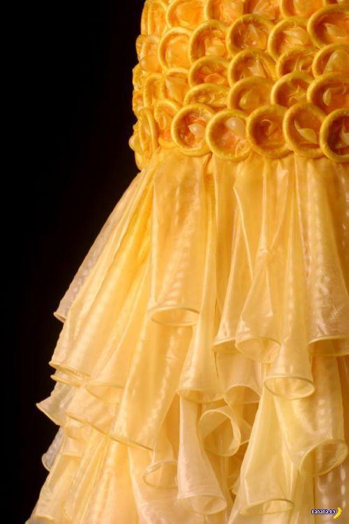 Платья из презервативов. Зачем?