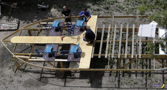Студенты построили корабль из бутылок