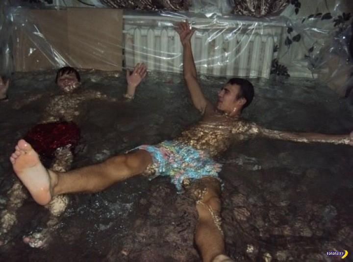 Пацаны сделали бассейн в квартире