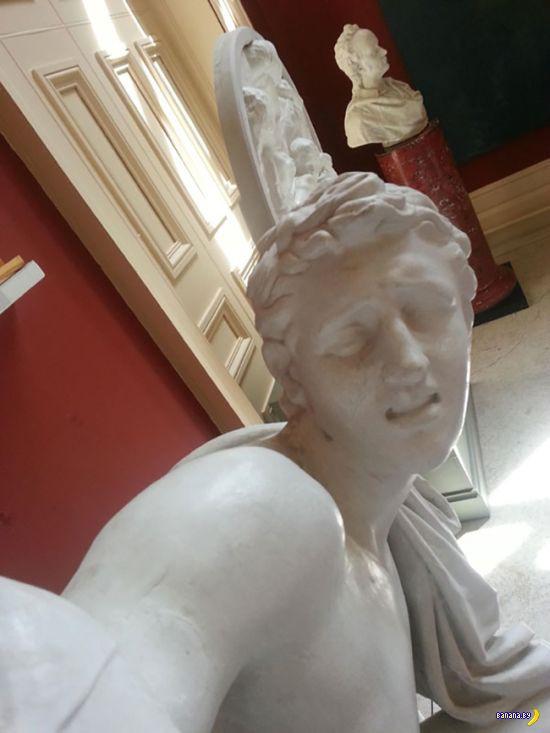 Виртуозные селфи от статуй!