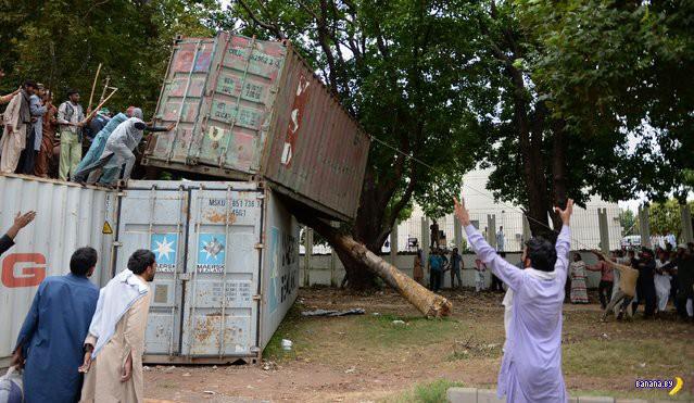 А в Пакистане своя атмосфера, свой Майдан