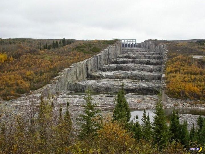 Огромные ступени у водохранилища Robert-Bourassa