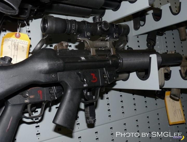 С фотоаппаратом в оружейной комнате Морских Котиков