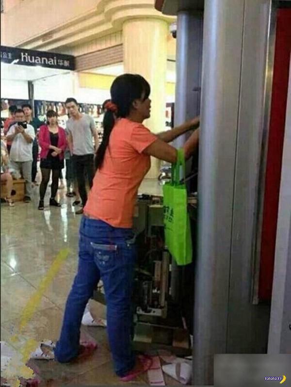 Китайская женщина голыми руками разорвала банкомат