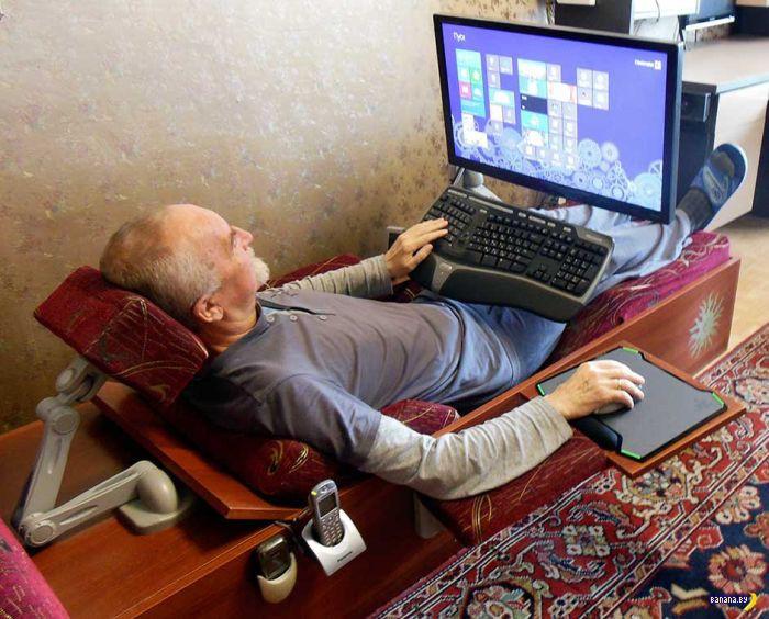 Дед знает толк в отдыхе у компьютера!