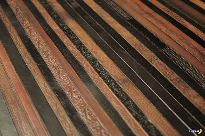 Старые кожаные ремни в интерьере