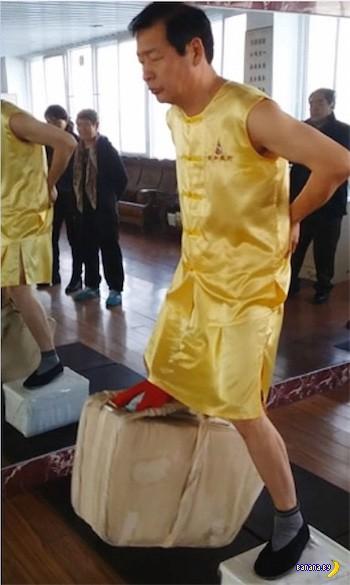 Талантливый китаец держит 80 кг