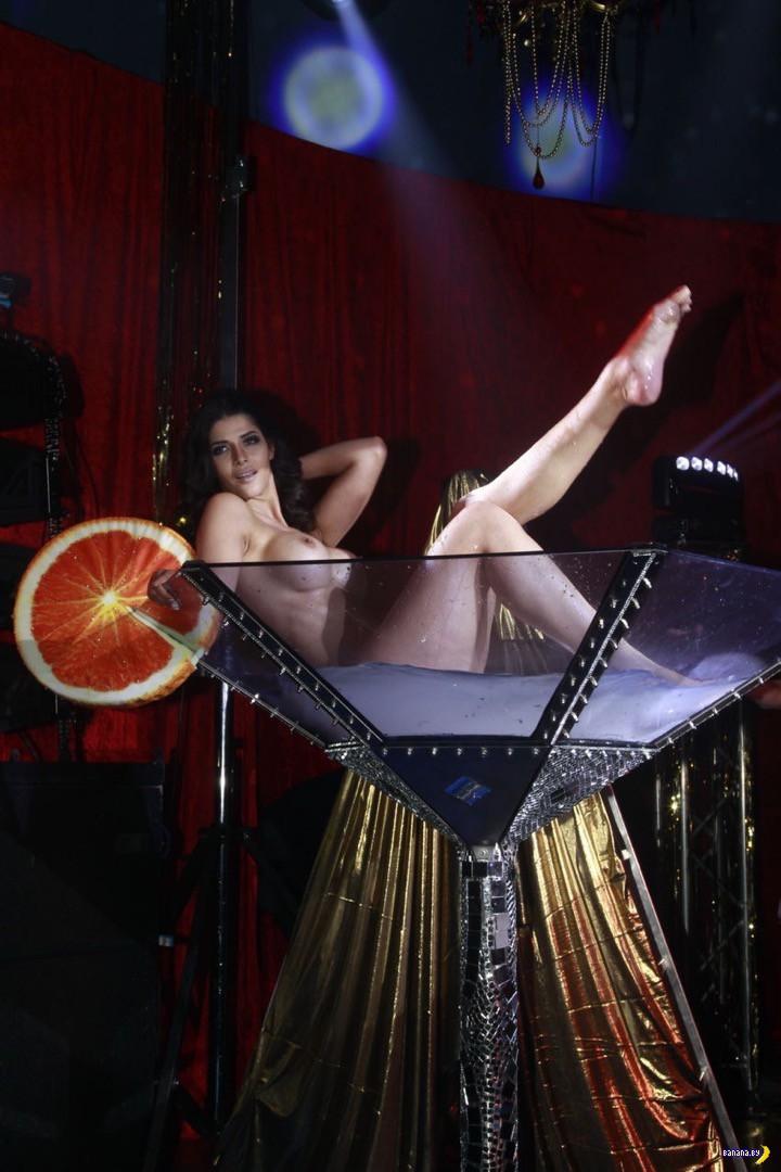 Микаэла Шефер искупалась в шампанском