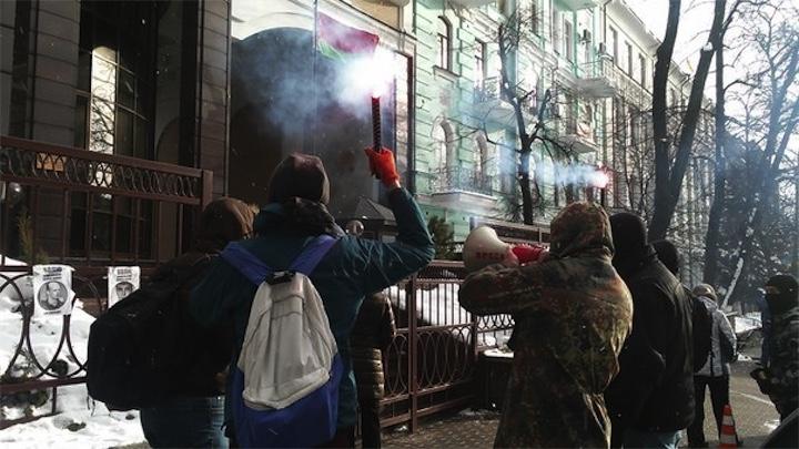 В Киеве прошла акция у белорусского посольства