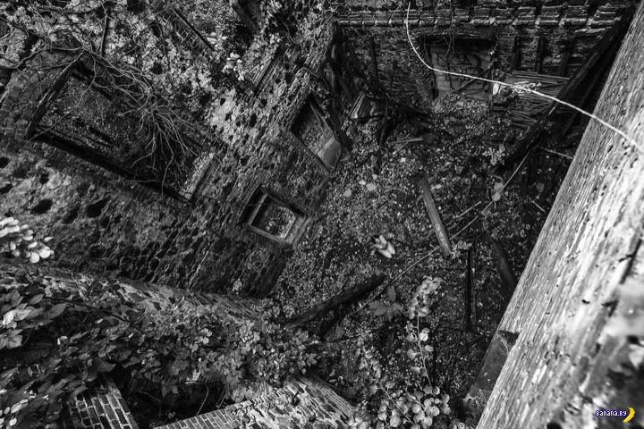 Обнаженное женское тело и заброшенные дома